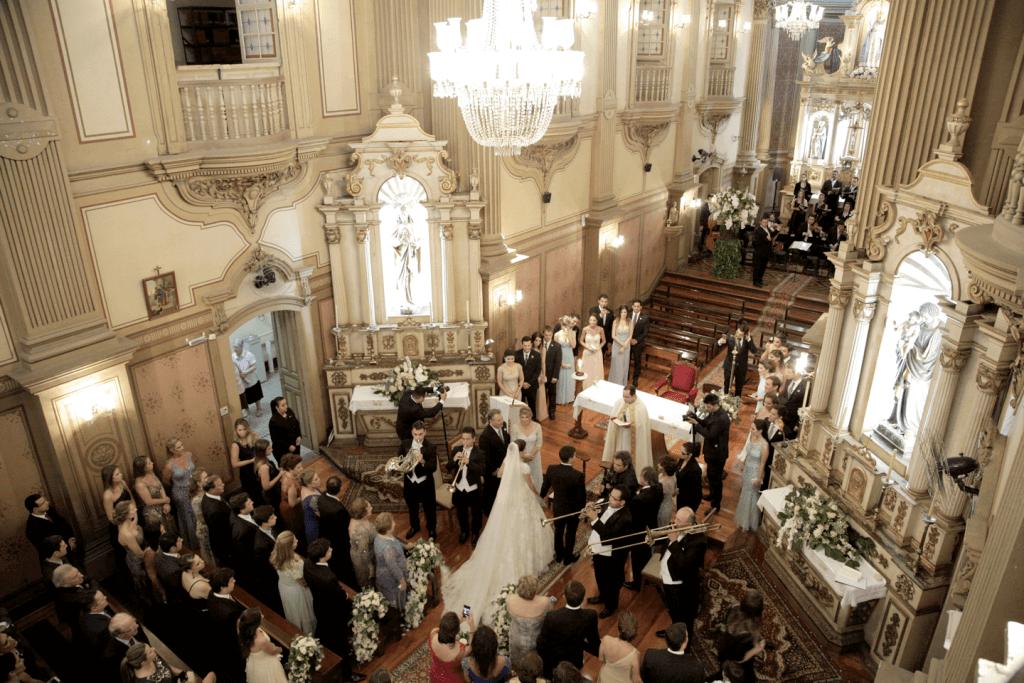 entrada da noiva com clarins no altar
